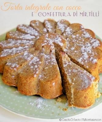 Torta integrale con cocco e composta di mirtilli