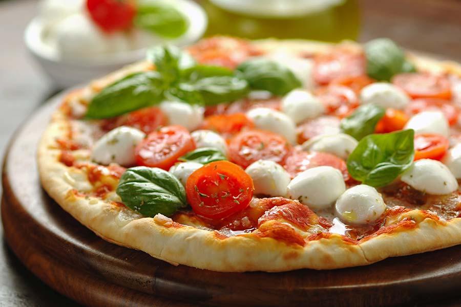 Pizza al basilico fresco, pomodori pachino e mozzarella di bufala