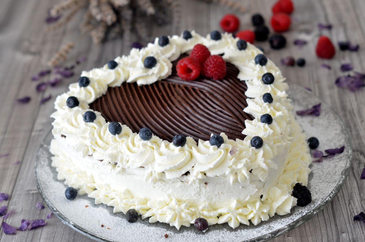 Torta cuore al cacao con ganache al cioccolato e frutti rossi